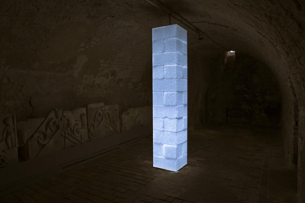 Colonne - Tirage numérique, tubes fluorescents. Dimension: 2,50 x 49 x 49 cm.